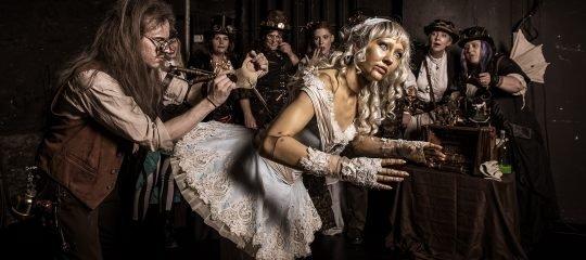 Steampunk Raphaelius Alva Grusser mit Puppe «Miss Coppélia Clockwork»