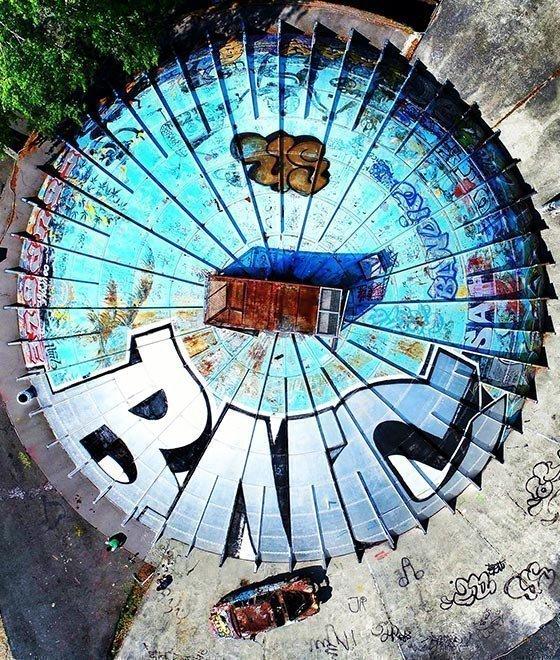 Mit Graffiti vollgesprayter Wassertank