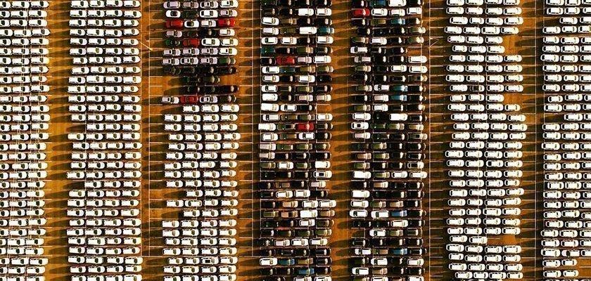 Ein Parkplatz voller Neuwagen